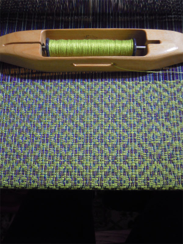 This is the same weave structure and same warp. The only difference is that I used the same lime green from the warp and used it in the weft.